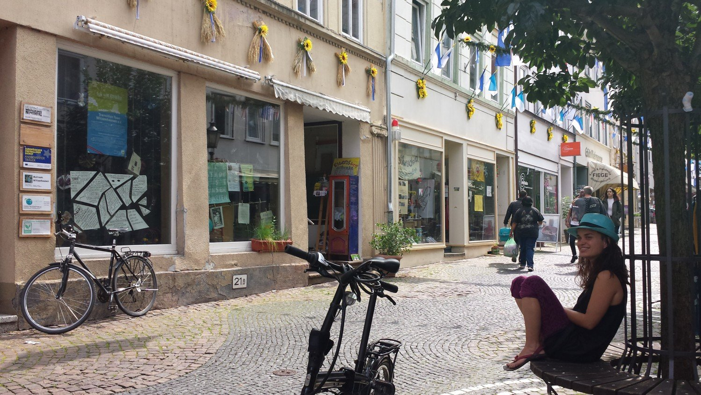 Silvia vor dem Transitionhaus mit Umsonstladen und Weltladen im Hintergrund